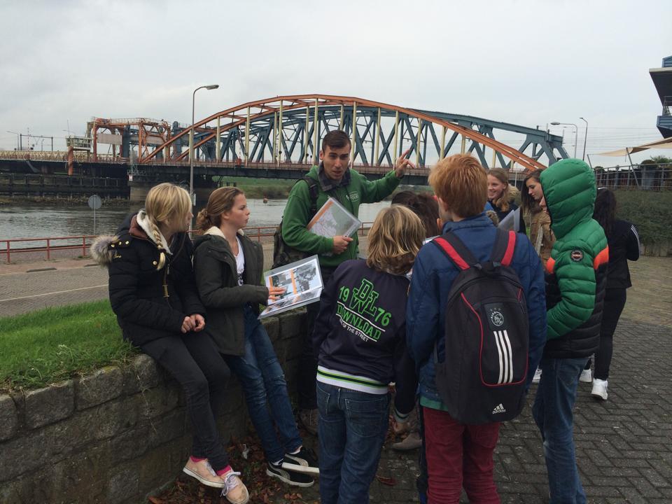 Leerlingen van het Baudartius College met het lespakket krijgen rondleidingen in Zutphen.