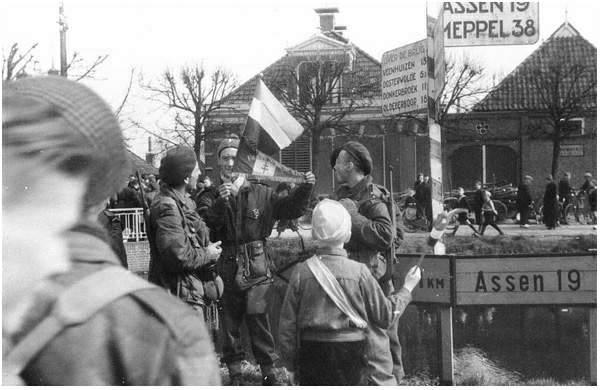 Kapitein Pierre Sicaud commandant van de 2e Comp. 3eme R.C.P. met de franse vlag. 13 April 1945 bij de brug in Appelscha.