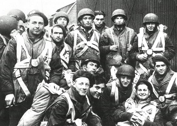 Stick 11 van het 2e Régiment voor vertrek van het vliegveld Great Dunmow.