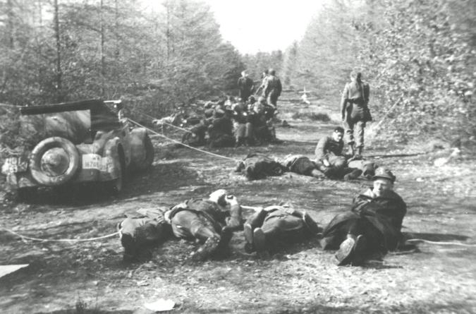 Parachutisten van de Franse SAS in de staatsbossen van Gasselte.
