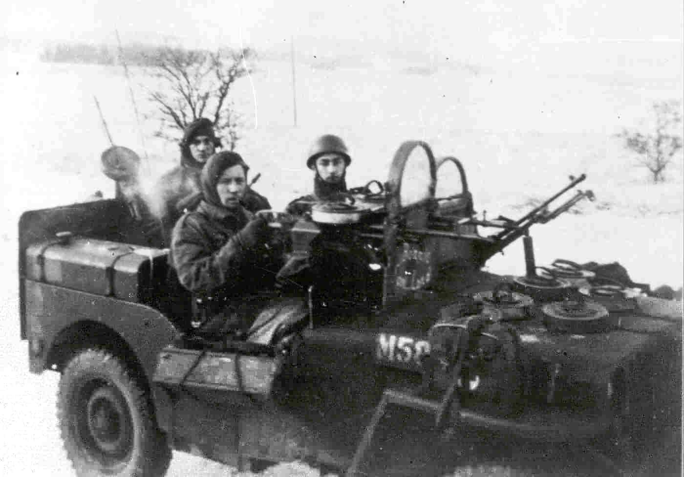 Belgische SAS met hun speciaal uitgesruste jeeps in de winter.