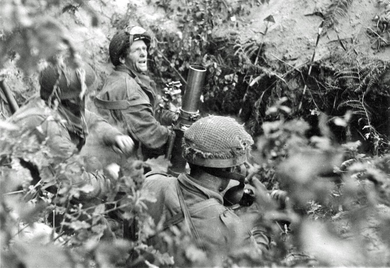 Een 3-inch mortierteam van de 1st Border's No.23 Mortier Peloton in actie rondom de perimeter Oosterbeek.
