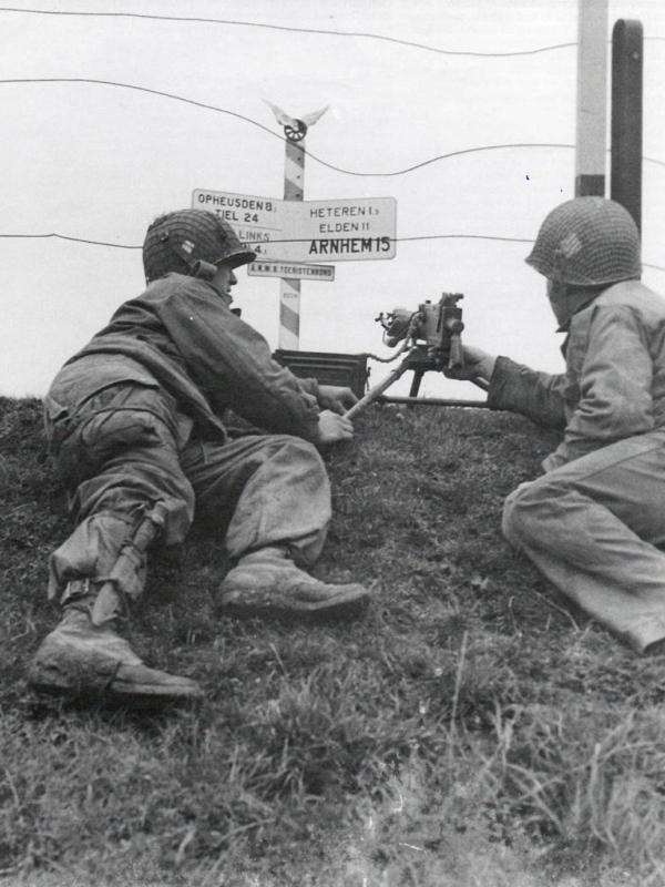 Militairen van de 101 Airborne Geallieerden in oktober 1944 bij de kruising Drielse Rijndijk en Renkumse Veerweg.