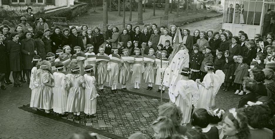 St. Nicholasop het stadsplein van Wiltz op 5 december 1944.