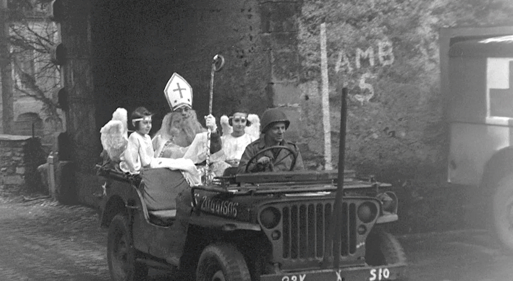 De Amerikaanse militair Richard Brookins verkleed als St. Nicholas in een Willy's Jeep.