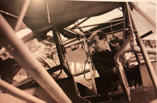 Winston Churchill aan boord van Harry Broadhurst (rechts) Fieseler Storch 156.